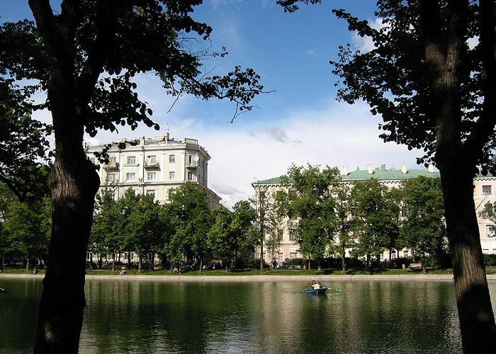 Власти Москвы рассматривают возможность возвращения на Чистые пруды знаменитого  зимнего катка, который будет работать круглосуточно и бесплатно. Фото: Dims/wikimedia.org