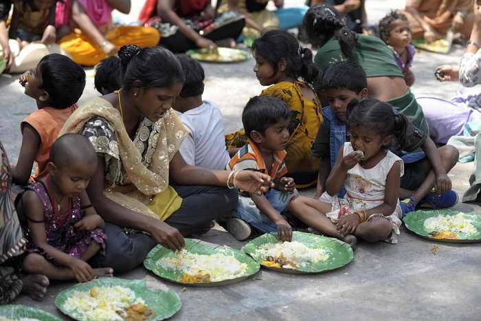 Индийский парламент принял закон, который позволит победить голод. 820 миллионов индийцев будут получать помощь от государства в виде дешёвого риса, пшеницы и других зерновых культур. Две трети населения Индии, согласно статистике, страдают от голода или не имеют достаточно еды. Фото: NOAH SEELAM/AFP/Getty Images