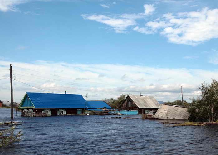 Массовая эвакуация жителей началась на окраине Комсомольска-на-Амуре. Фото: VLADIMIR KOSAREV/AFP/Getty Images