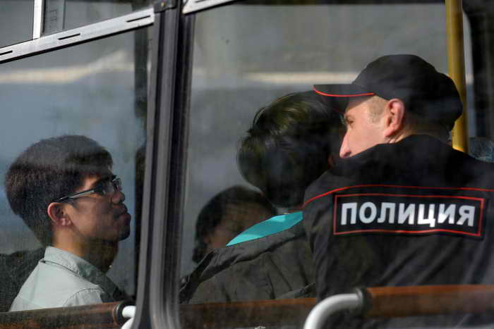 ФМС пресекла поставки опасных продуктов в крупные магазины Москвы. Сотрудники ФМС задержали более 50 мигрантов, которые работали нелегально на производстве закусок для магазинов «Пятёрочка» и «Копейка». Фото: VASILY MAXIMOV/AFP/Getty Images