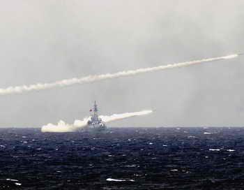 Пуск ракет с военного корабля. Фото: China Photos/Getty Images