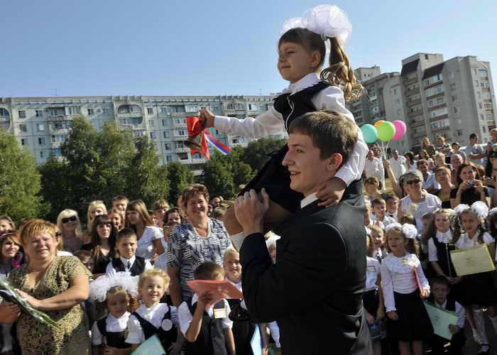 Для первоклассников в День знаний прошла первая в их жизни школьная линейка. Более 13,5 миллиона детей сядут за парты российских школ. Фото: MIKHAIL MORDASOV/AFP/Getty Images