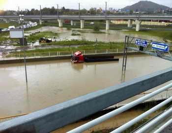 В Сочи ввели режим чрезвычайной ситуации. В результате интенсивных ливневых дождей в городе Сочи зафиксирован подъём уровня воды в реке Сочи и других реках до критических отметок. Фото: trasyy.livejournal.com