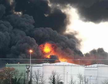 На тушение горящей нефти под Ангарском не хватает пенообразователя. Угроза взрыва соседних ёмкостей не устранена. Фото: ODD ANDERSEN/AFP/Getty Images