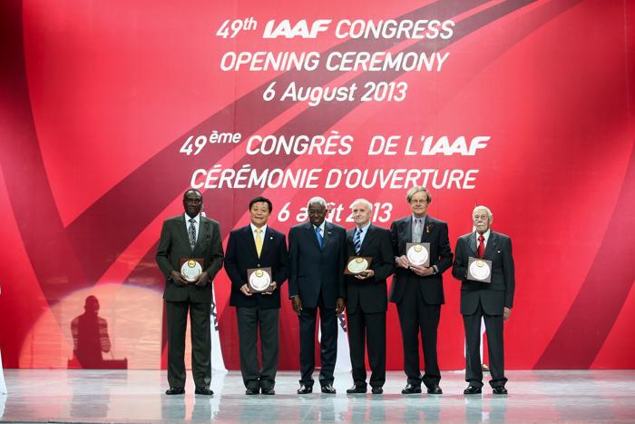 Президент ИААФ Ламин Диак и представители ассоциаций разных стран на торжественной церемонии открытия конгресса 6 августа 2013 года в Гостином дворе (Москва). Фото: Julian Finney/Getty Images