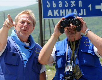 Наблюдатели Евросоюза на границе Грузии и Южной Осетии. Фото: VANO SHLAMOV/AFP/Getty Images