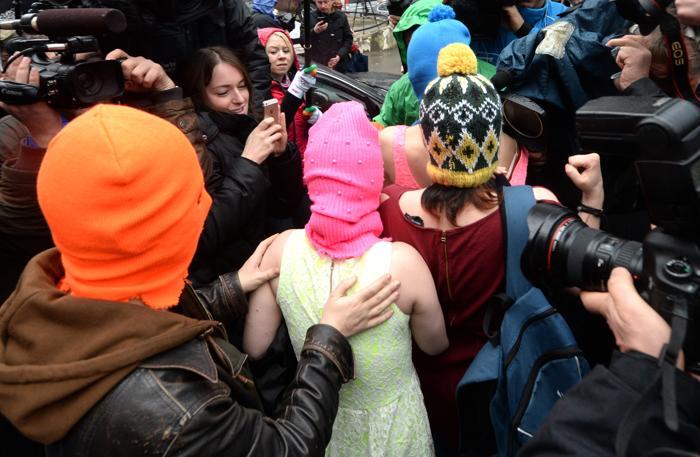Надежда Толоконникова и Мария Алёхина покинули полицейский участок после задержания 18 февраля 2014 года. Фото: EVGENY FELDMAN/AFP/Getty Images