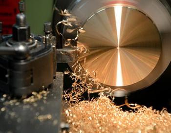 Производство золотых медалей на заводе Москвы «Адамас». Фото: KIRILL KUDRYAVTSEV/AFP/Getty Images