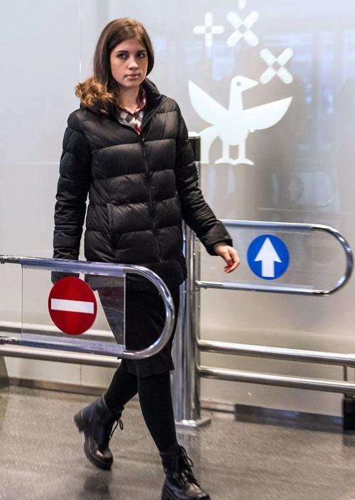 Надежда Толоконникова прилетела в Москву 27 декабря 2013 года. Фото: DMITRY SEREBRYAKOV/AFP/Getty Images