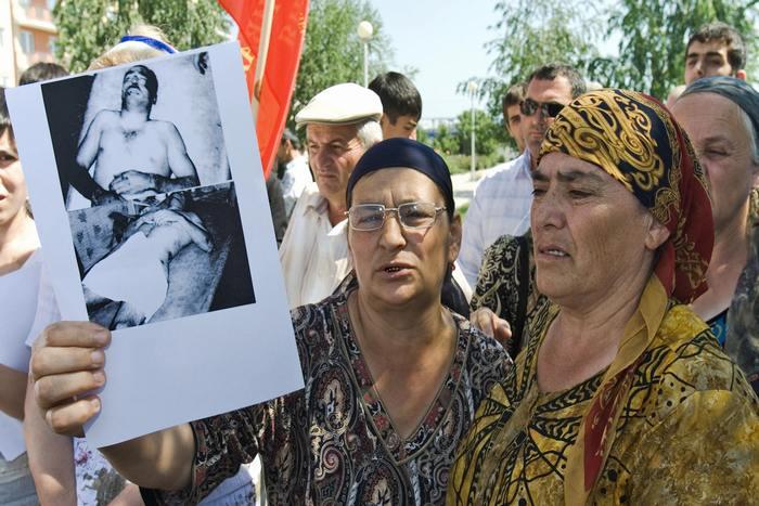 Чеченская женщина держит фотографию родственника, убитого российским офицером во время протестного митинга в Грозном 28 июня 2007 года. Фото: RUSLAN ALKHANOV/AFP/Getty Images
