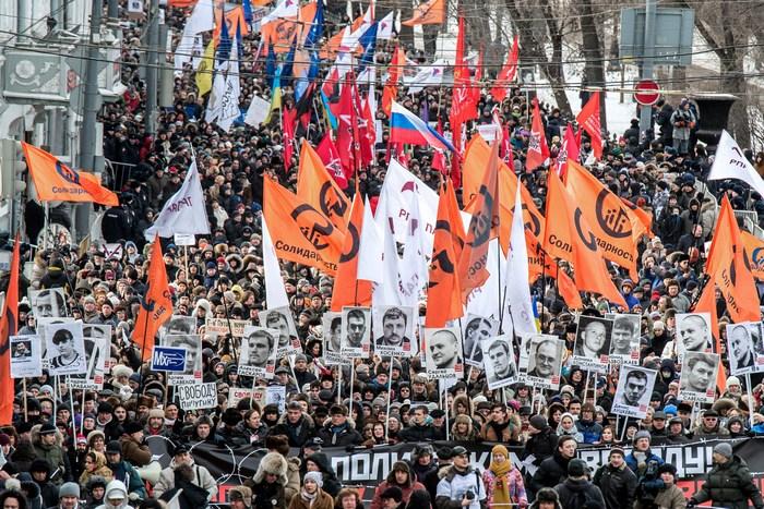 Шествие в Москве в поддержку фигурантов «болотного дела», портреты которых несут демонстранты, 2 февраля, 2014 год. Фото: DMITRY SEREBRYAKOV/AFP/Getty Images