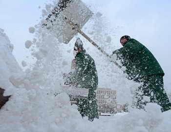 В Новосибирске автомобили, мешающие уборке снега, будут эвакуированы. Фото: Kirill Kudryavtsev/AFP/Getty Images