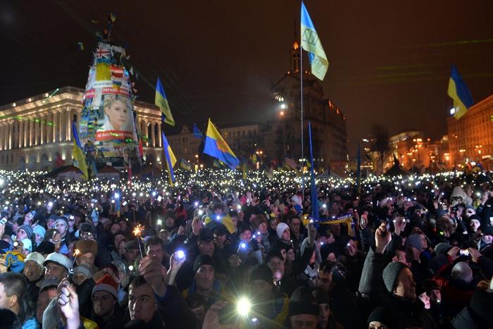 Подготовили президенту новогоднее послание и участники Евромайдана. SERGEI SUPINSKY/AFP/Getty Images
