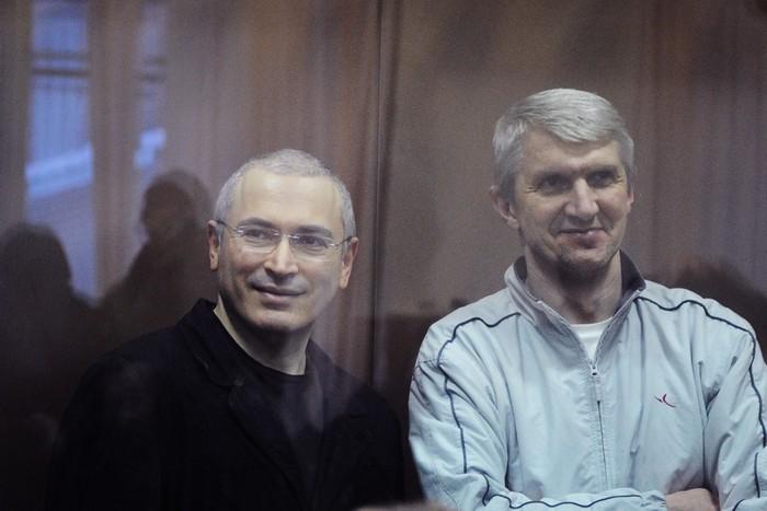 Экс-руководитель «ЮКОСа» Михаил Ходорковский и экс-глава «МЕНАТЕПа» Платон Лебедев. Фото: DMITRY KOSTYUKOV/AFP/Getty Images