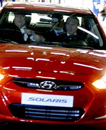 Премьер-министр России Владимир Путин и главный исполнительный директор Hyundai Motor Company Чонг Монг-Ку сидит рядом с ним во время церемонии открытия завода Hyundai в Санкт-Петербурге 21 сентября 2010 года. Фото: ALEXEY DRUZHININ/AFP/Getty Images