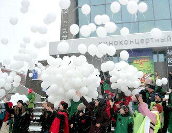 Барнаульские школьники на площади Победы отпустили в небо 430 воздушных шаров – в память о людях, погибших в этом году на дорогах Алтайского края. Фото сайта: asfera.info