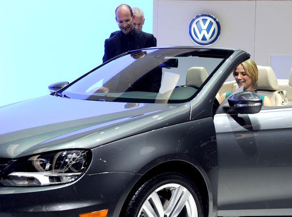 Volkswagen Eos - внешность автомобиля теперь соответствует фирменному стилю марки, заложенному шеф-дизайнером Вальтером де Сильвой. Дизайн передней части характерен четко структурированными горизонтальными линиями. Фото: GABRIEL BOUYS/AFP/Getty Images