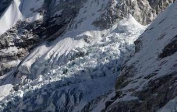 Не в опасности? Это фотография 4 декабря 2009 ледника Кхумбу, одного из самых длинных в мире, в регионе Эвереста- Кхумбу, около 140 км на северо-восток от Катманду. МГЭИК опроверг свои утверждения о том, что ледники Гималаев быстро растают. Фото: rakash Mathema /AFP /Getty Images