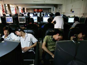 Китайские юноши спят в Интернет-кафе. Фото: Cancan Chu /Getty Images