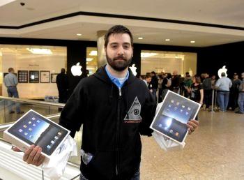 Джейсон Сакер стал первым покупателем iPad (интернет-планшета) в отделении Apple в Вест-Фармс Молл в Фармингтоне, Коннектикут, 3 апреля 2010 г. Фото: Тимоти А.Клэри /AFP /Getty Images