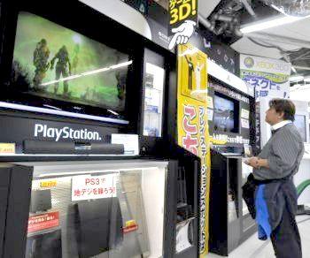 Клиент наблюдает за монитором игровой видеосистемы Sony PlayStation 3 в магазине Tokyo Electric 27 апреля. После того, как хакеры украли пароли и всю личную информацию пользователей, Sony «выдернула вилку» из Playstation Network. (Yoshikazu Tsuno/Getty Images)