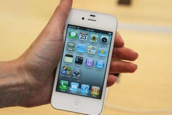 Фото: Белый iPhone 4 был представлен на Apple Store в мае прошлого года в Нью-Йорке. В последнее время ходят слухи относительно дизайна и даты выпуска iPhone 5. (Daniel Barry/Getty Images)