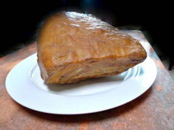 Этот кусок «жареной свинины»  - естественно сформировавшийся  драгоценный камень, Фото: Великая Эпоха