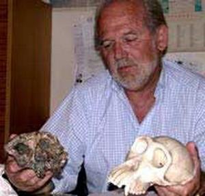 Палеонтолог Мишель Брюне с найденным им черепом Тумая в руках.