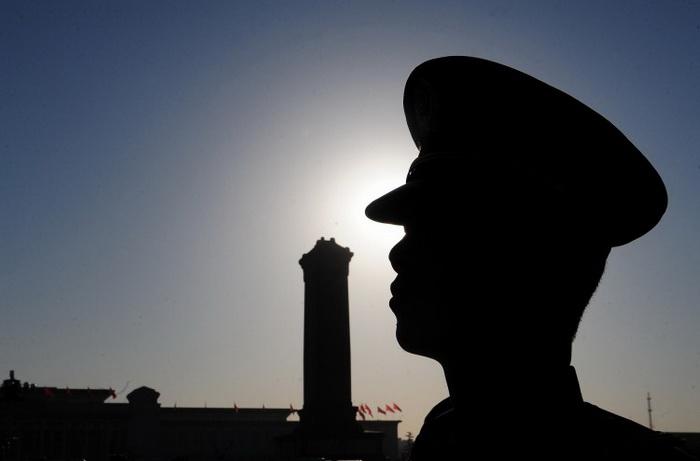 Военный на своем посту на площади Тянь-Ань-Мэнь перед сессией Всекитайского собрания народных представителей 10 марта 2011 г. в Доме народных собраний в Пекине Фото: Frederic J. Brown/AFP/Getty Images