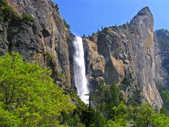 600-футовый водопад Брайдлвеил и скалистое образование Наклонная башня. Фото: Kenny Karst/DNC Parks & Resorts at Yosemite, Inc.