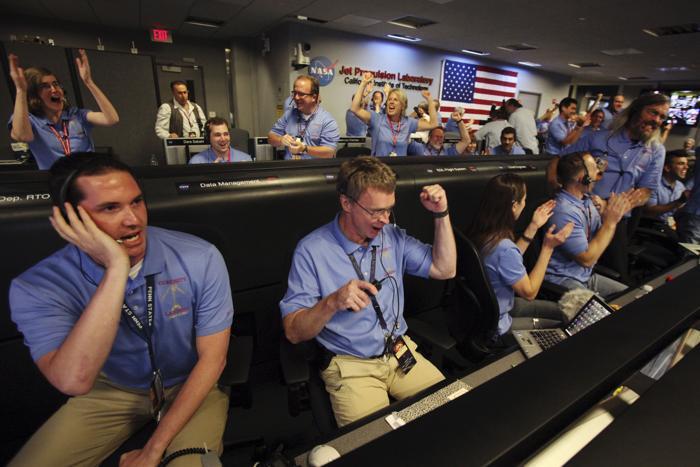 Марсоход Curiosity благополучно приземлился на Марсе. За посадкой на Марс наблюдали сотрудники лаборатории реактивного движения Jet Propulsion Laboratory 5 августа 2012 года в Пасадене, Калифорния. Фоторепортаж. Фото: Brian van der Brug-Pool/Getty Images