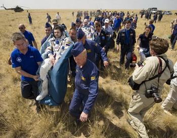 Приземление экипажа космической экспедиции с ТМА-03М в районе Жезказгана. Фото: Bill Ingalls/NASA via Getty Images