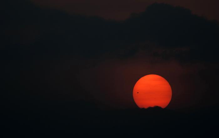 Фотографии  транзита Венеры по диску Солнца с  разных точек Земли. Катманду, Непал. Фоторепортаж. Фото: SAID TED ALJIBE, JACK GUEZ, KHATIB/AFP/GettyImages