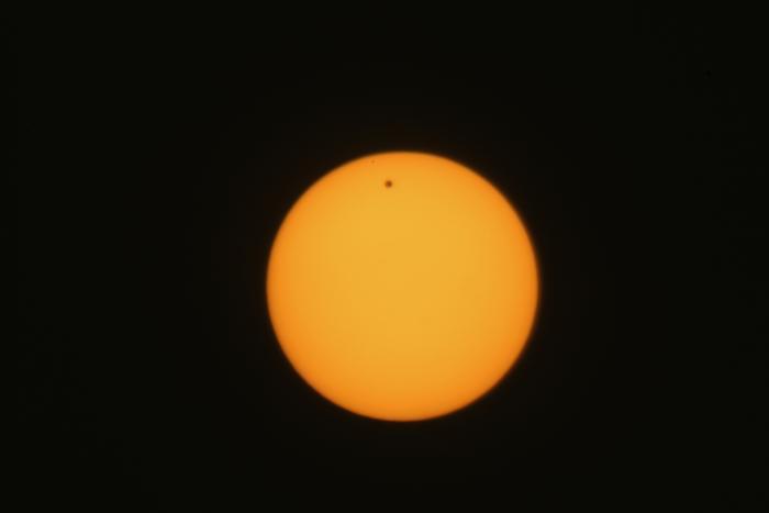Фотографии  транзита Венеры по диску Солнца с  разных точек Земли. Газа. Фоторепортаж. Фото: SAID TED ALJIBE, JACK GUEZ, KHATIB/AFP/GettyImages