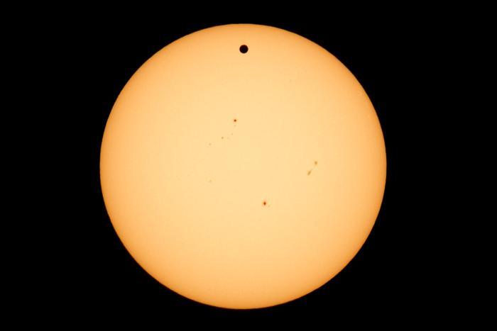 Фотографии  транзита Венеры по диску Солнца с  разных точек Земли. Израиль. Фоторепортаж. Фото: SAID TED ALJIBE, JACK GUEZ, KHATIB/AFP/GettyImages