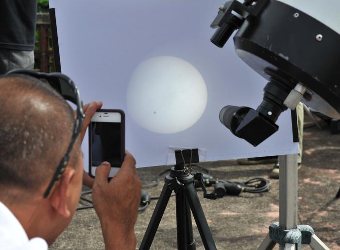 Фотографии  транзита Венеры по диску Солнца с  разных точек Земли. Манила. Фоторепортаж. Фото: SAID TED ALJIBE, JACK GUEZ, KHATIB/AFP/GettyImages