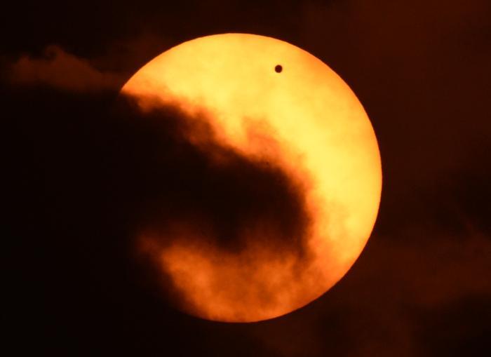 Фотографии  транзита Венеры по диску Солнца с  разных точек Земли. Гонкон. Фоторепортаж. Фото: SAID TED ALJIBE, JACK GUEZ, KHATIB/AFP/GettyImages