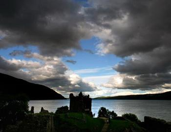 Уркхарт, Шотландия. Замок Уркхарт,  расположенный на берегу озера Лох-Несс, признан одним из самых любимых туристами мест в Британии  на11 сентября 2008 года. Фото: Jeff J MITCHELL/Getty Images
