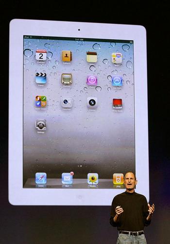 Выступление Стив Джобса во время cпециального мероприятия Apple по анонсу iPad 2 в Yerba Buena Center for the Arts 2 марта 2011 в Сан-Франциско, Калифорния. Фото: Justin Sullivan/Getty Images
