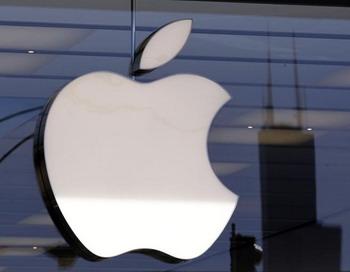 Сейчас на мировом рынке мобильных телефонов Apple находится на 4-м месте по их производству. На окнах небоскреба Уиллис Тауэр (Willis Tower) висит бренд корпорации Apple, где находится новый магазин знаменитого производителя. 21 октябрь 2010 Чикаго, Иллинойс. Фото: BRIAN Kersey/Getty Images