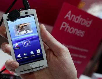 Мобильный телефон Sony Ericsson XPERIA X10, работающий на ОС Android на демо стенде Deutsche Telekom. Международная выставка информационных и телекоммуникационных технологий CeBIT, 2 марта 2010. Ганновер, Германия. Фото: Sean Gallup/Getty Images