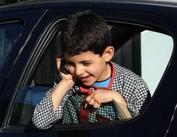 Использование сотового телефона детьми и подростками - риск для их здоровья. Фото: Fethi Belaid/AFP/Getty Images