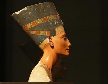 Бюст царицы Нефертити, представленный в музее Neues 15 октября 2009 года, в Берлине, Германия. Берлинский музей Neues открылся в октябре. Фото: Andreas Rentz/Getty Images