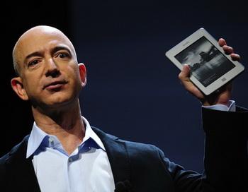 Исполнительный директор компании Amazon Джефф Безос на презентации нового продукта Kindle Fire в Нью-Йорке. Фото: Эммануэль ДУНАНД/Getty Images