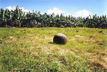 Каменные шары. Фото с сайта lah.ru