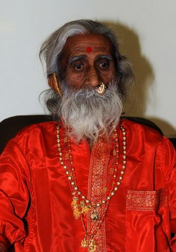 Феномен: йог Прахлад  Джани  на пресс-конференции в больнице в Ахмедабаде 6 мая. Фото: Sam PANTHAKY/Getty Images