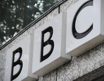 Символ на стене  телевизионного центра Би-би-си в западном Лондоне 6 октября. Фото: Carl Court/AFP/Getty Images