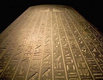 Благодаря обширному знанию коптского языка, археолог и полиглот Жана-Франсуа Шампольона расшифровывал древнеегипетские иероглифы. Фото: Angel NAVARRETE/AFP/Getty Images