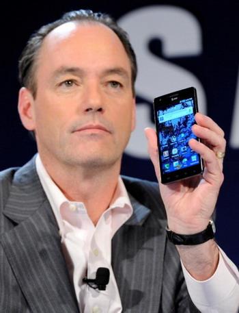 Президент отдела потребителей компании Samsung, Тим Бакстер, демонстрирует новые возможности настроек платформы Android на смартфоне Samsung 4G. Фото: Ethan MILLER/Getty Images