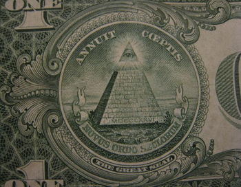 На американской однодолларовой купюре изображена Большая государственная печать c пирамидой, имеющей 13 уровней. Фото: Стефани ЛЭМ. Великая Эпоха (The Epoch Times)